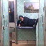 ट्रेन में बॉलीवुड एक्टर को नहीं मिली जगह, तो ऐसे सोने को हुए मजबूर..शेयर किया वीडियो