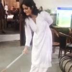 जब सफेद कपड़े पहन हाथ में झाड़ू लेकर सफाई करती नजर आई कटरीना, अक्षय भी हुए हैरान