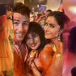 प्रियंका और निक के साथ पोज देती नजर आई कटरीना, ऐसा मनाई मिलकर होली..