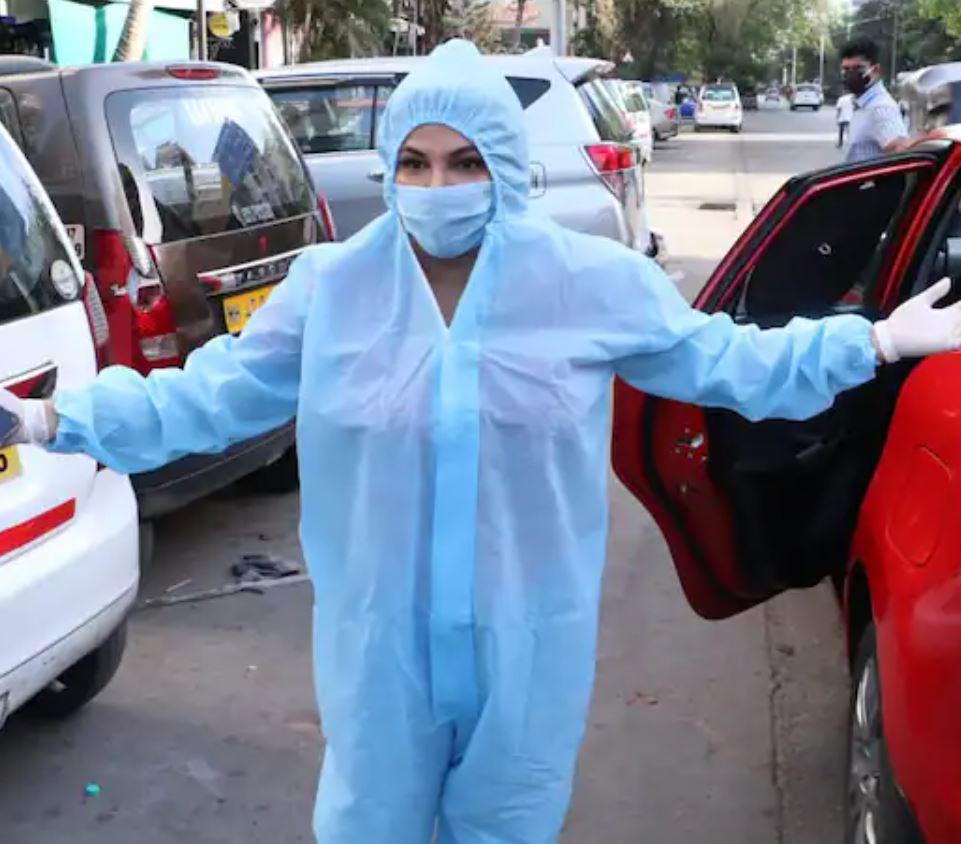 PPE किट पहनकर पोज देती नजर आई राखी सावंत